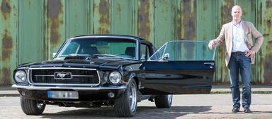 Jörg Banzhaf vor einem 1967er Ford Mustang GT Fastback. Das frisch umgebaute und restaurierte Auto dürfte seinerzeit weniger als 10.000 USD gekostet haben. Jetzt hat Banzhaf es für einen sechsstelligen Betrag verkauft.