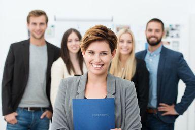 Berufseinsteiger haben 2015 gute Einstiegschancen. Ein Drittel der offenen Stellen ist für Nachwuchskräfte vorgesehen. Und jedes zweite Unternehmen bemängelt die Masse und Klasse der eingehenden Bewerbungen.