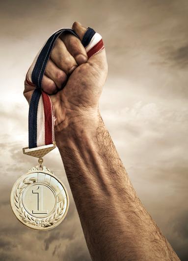 Die Medaille fest im Griff: JLL ist zum vierten Mal in Folge der beliebteste Arbeitgeber der Immobilienstudenten.