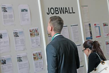 Stellenausschreibungen auf dem IZ-Karriereforum 2015. Die Arbeitgeber kommen aus ihren Unternehmen heraus, um sich mit potenziellen Bewerbern zu treffen.