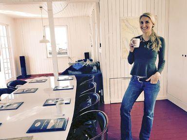 Annekathrin Bethke beim Segelkurs, um den Sportbootführerschein See zu erwerben.