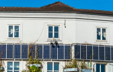 Die Immobilienwirtschaft verzahnt sich immer stärker mit den Energiemärkten. Das englische Fachvokabular zur Energiewende vermittelt ein Online-Kurs.