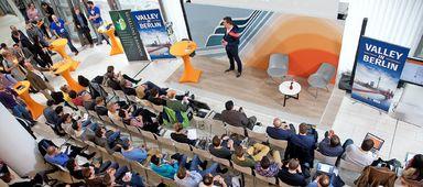 """Bei der Veranstaltung """"Valley in Berlin"""" präsentieren die Gründer ihre Ideen vor Investoren und möglichen Geschäftspartnern im Foyer von ImmobilienScout24. Nach dem vorbereiteten Pitch müssen die Gründer aber noch die eine oder andere Frage beantworten. Dann sollten sie ihre Zahlen und Prognosen nachvollziehbar erklären können."""