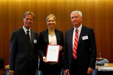 BDA-Vizepräsident Dr. Gerhard F. Braun (links) und BDSW-Präsident Gregor Lehnert überreichen Daniela Bechtold-Schwabe, Geschäftsführerin von b.i.g. sicherheit, den BDSW-Ausbildungspreis.