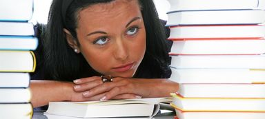 Welche Bücher aus dem Stapel können Studierende eher mal beiseite legen? Die Antwort lautet: die Finanzmarkt- und Steuerschwarten, denn diese Kenntnisse sind von Unternehmen weniger gefragt als Immobilienwissen.