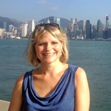 Annette Kröger vor der Kulisse Hongkongs.