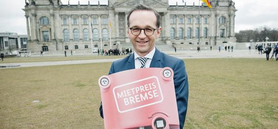Minister Heiko Maas (SPD) ist stolz auf seine Bremse. Bild: Marc-Steffen Unger