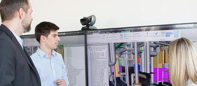 Peter Liebsch (links), Leiter digitale Werkzeuge bei Drees & Sommer, bei einer Planerbesprechung mit einem gewerkespezifischen Fachmodell.