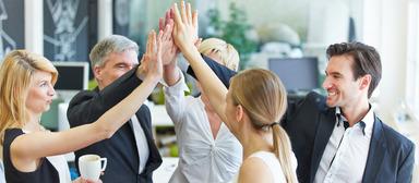 Einer aktuellen Umfrage zufolge sollen gemischte Teams mit einem ausgeglichenen Anteil von Männern und Frauen auf Führungsebenen dem Unternehmenserfolg zuträglich sein.