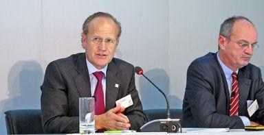 Der scheidende Bilfinger-Vorstandsvorsitzende Per H. Utnegaard bei der Vorstellung seiner Strategie im Oktober 2015. An seiner Seite: der künftige Bilfinger-Interimschef Axel Salzmann.