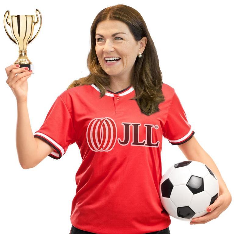 Izabela Danner, Personalchefin von JLL, bejubelt - hier in einer Fotomontage - den fünften Titel als Top-Arbeitgeber.