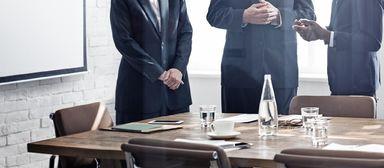 Vier Stühle, drei Aufsichtsräte: Wer einen Aufsichtsposten anstrebt, sollte wissen, worauf er sich einlässt.
