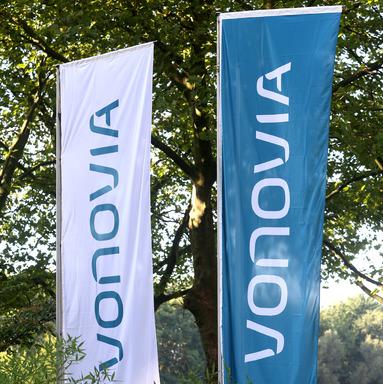 Vor gut einem Jahr wurde die Deutsche Annington in Vonovia umgeflaggt. Vor dem Duisburger Kundencenter von Vonovia zeigte heute die Gewerkschaft ver.di Flagge.
