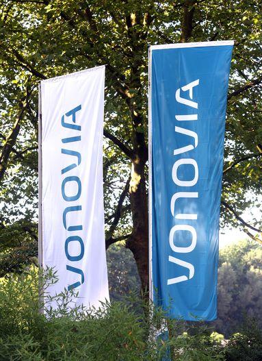 Vor einem Jahr wurde die Deutsche Annington in Vonovia umgeflaggt. Vor dem Duisburger Kundencenter von Vonovia zeigte nun die Gewerkschaft ver.di Flagge.