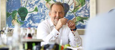 """Ist Thomas Zinnöcker neu in einem Unternehmen, frühstückt er mit seinen Mitarbeitern, um sie """"ungefiltert"""" kennenzulernen. Dabei tritt er betont unprätentiös auf."""