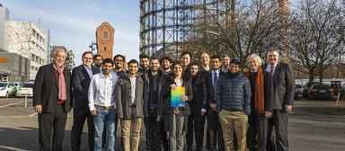 Die Studierenden des ersten Jahrgangs Building Sustainability der TU Berlin, eingerahmt von den Initiatoren.