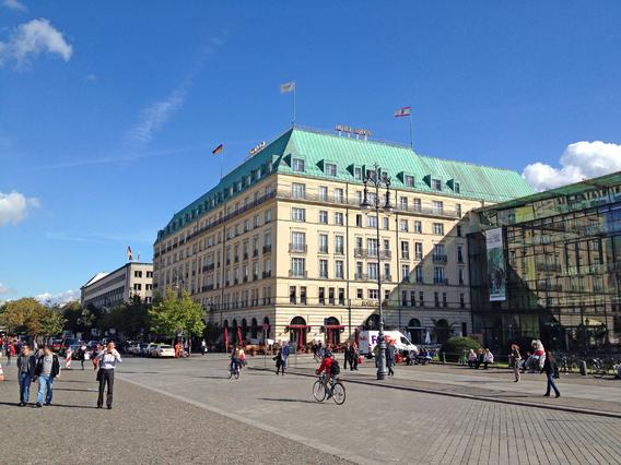 Das Hotel Adlon in Berlin unmittelbar am Brandenburger Tor ist völlig unabhängig vom Vertrag, der der Investition zugrunde liegt, ein Vorzeigeobjekt. tp