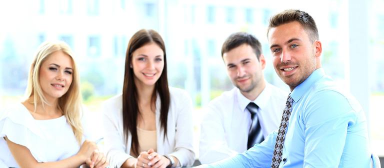 Weil sie ein knappes und begehrtes Gut sind, haben junge Kandidaten auf dem Arbeitsmarkt gut lachen.
