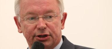 Roland Koch wird Mitglied im Stiftungsrat von Dussmann.