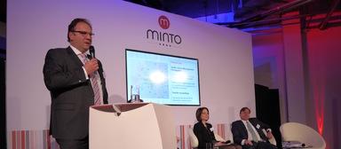 Ulrich Wölfer spricht 2015 bei der Eröffnung des Einkaufszentrums Minto in Mönchengladbach.