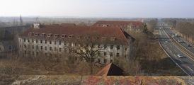 Blick über das Gelände der Löwen-Kaserne, wo das Erlebnis-Resort mit Erdbeerland entstehen soll. Quelle: Immobilien Zeitung, Urheber: Martina Vetter