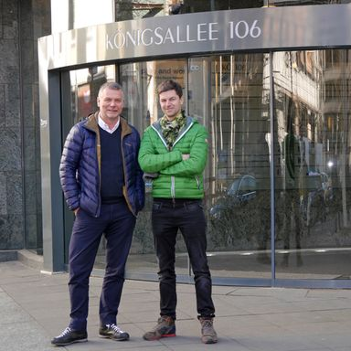 Uwe Willer (links) und Robert Kellershohn vor ihrer jüngsten Neuerwerbung.