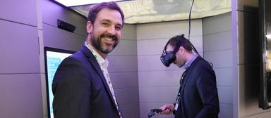 """Kevin Cardona (links), Head of Innovation von BNP Paribas Real Estate, in der Virtual-Reality-Kapsel mit dem Namen """"POD"""". Rechts der Architekt, der eines der Pariser Bürogebäude entworfen hat, für deren Vermarktung Kapsel und Datenbrille aktuell eingesetzt werden."""