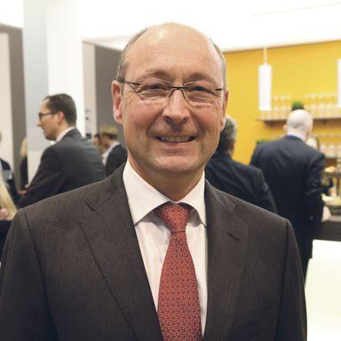 Das Grundgehalt des Vorstandschefs von Vonovia, Rolf Buch, wurde 2016 um 11% angehoben. Insgesamt erhielt er eine Gehaltserhöhung von knapp 3%.