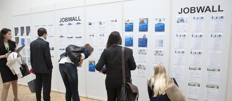 Einen Teil der Jobs, die die Arbeitgeber zum IZ-Karriereforum mitbringen, finden die Besucher an der Jobwall. Um das komplette Jobangebot der Unternehmen auszuloten, müssen sie aber die Stände der Aussteller aufsuchen.