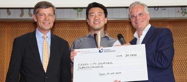 Liang Wu (Mitte), CIO von Green City Solutions, empfängt den PropTech Innovation Award 2017. Links im Bild: Dr. Reinhard Kutscher von Sponsor Union Investment. Rechts zu sehen: Wolfgang Schäfers aus der Award-Jury.