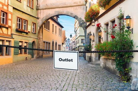 Quelle: istockphoto.com, Urheber: neirfy (Altstadt) Quelle: fotolia.com, Urheber: Thomas Reimer (Schild)