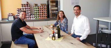 Maik Dederichs aus dem Technischen Einkauf, Personalleiterin Catherine Boisserée und Vorstand André Müller machen mal Pause. Die zehn Werte, an denen die Deutsche Reihenhaus und ihre Mitarbeiter ihr Handeln gemessen wissen wollen, sind - auch ganz konkret im Hintergrund an der Küchenwand - immer dabei.