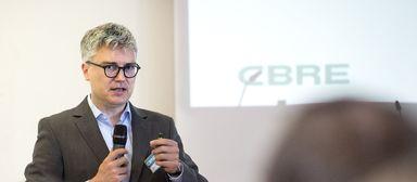 Für Alexander von Erdély, CEO von CBRE Germany, ist das Buhlen um den Branchennachwuchs - hier vor Studenten auf dem IZ-Karriereforum 2017 - Chefsache.