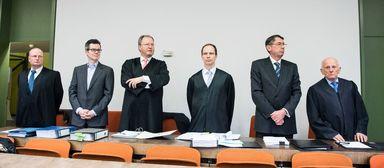 Die Angeklagten Markus Fell (Zweiter von links) und Georg Funke (Zweiter von rechts) umringt von ihren Anwälten.