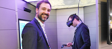 Virtuelle Realität im Dienste der Immobilienvermittlung: Kevin Cardona (links), Head of Innovation von BNP Paribas Real Estate, schickte Besucher der Mipim 2017 in Cannes via Datenbrille und Virtual-Reality-Kapsel auf Begehungen in virtuelle Bürogebäude und Wohnungen.