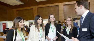 Nachwuchskräfte und Arbeitgeber bei der Kontaktaufnahme auf dem IZ-Karriereforum 2017 in Frankfurt.