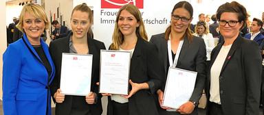 v.l.n.r.: Christine Hager, Vorstandsvorsitzende des Vereins Frauen in der Immobilienwirtschaft, die drei Preisträgerinnen Laura Burkhard, Miriam Bätzing und Dr. Sonja Bauer sowie Jurypräsidentin Professor Dr. Marion Peyinghaus.
