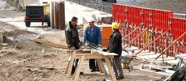Von ausländischen Firmen entsandte Arbeiter sollen auf deutschen Baustellen künftig genauso bezahlt werden wie ihre deutschen Kollegen.
