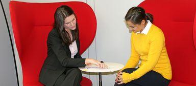 Welchen Karriereplan Anabel Wunderlich (links) und HR-Controllerin Bianca Ackermann hier wohl schmieden?