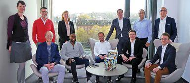Die fünf Vorstandsmitglieder der Commerz Real schlüpfen in die Rollen von Mentees, fünf Jungspunde - neudeutsch: Digital Natives - nehmen als Mentoren auf den Chefsesseln Platz. Ganz links: Transformation Managerin Jana Schäfer.