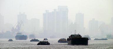 Vor lauter Smog manchmal kaum zu sehen: die chinesische Millionenmetropole Schanghai. Absolventen des Smart-City-Studiengangs sollen Megastädte wie diese lebenswerter machen helfen.