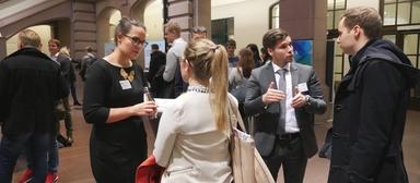 In diesem Jahr kamen erstmals nicht alle interessierten Arbeitgeber beim Personalkongress der HAWK zum Zug. Fünf Unternehmen konnten sich - anders als die Ausstellervertreter auf diesem Bild - nicht den Fragen der Studierenden stellen.