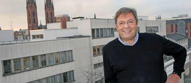 Bernd Ditter über den Dächern von Wiesbaden.