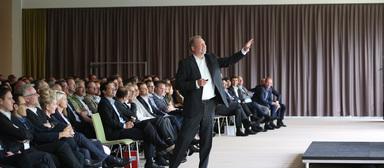 Der damals erst wenige Monate im Amt befindliche ista-Chef Thomas Zinnöcker zeigt der Essener Belegschaft auf einer Betriebsversammlung im Sommer 2016 den Weg in die Zukunft. Nun hat er in der Geschäftsführung der Holding den Hut für alles rund um neue Geschäftsmodelle auf.