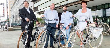 Buwog-CEO Daniel Riedl (links) posiert mit Markus Sperber und Raphael Lygnos vom österreichischen Betriebsrat sowie Martina Wimmer, Bereichsleiterin Personalmanagement und Office Management. Anlass des Fotoshootings: die Präsentation der Buwog-Firmenfahrräder 2016.