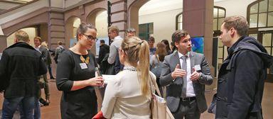Ende 2017 kamen erstmals nicht alle interessierten Arbeitgeber beim Personalkongress der HAWK zum Zug. Fünf Unternehmen konnten sich - anders als die Ausstellervertreter auf diesem Bild - nicht den Fragen der Studierenden stellen.