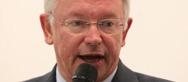 Ex-Vorstandsvorsitzender Roland Koch ist beileibe nicht das einzige ehemalige Bilfinger-Vorstandsmitglied, das demnächst unerwünschte Post bekommen dürfte.