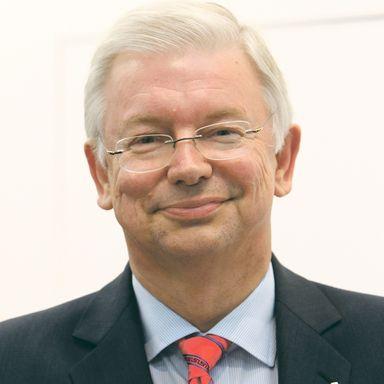 Roland Koch ist nicht der einzige Ex-Vorstand, den Bilfinger auf dem Zettel hat.