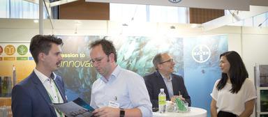"""""""Einige interessante Kandidaten"""" haben laut Björn Christmann, Geschäftsführer von Bayer Real Estate (zweiter von rechts), den Weg an seinen Stand gefunden."""