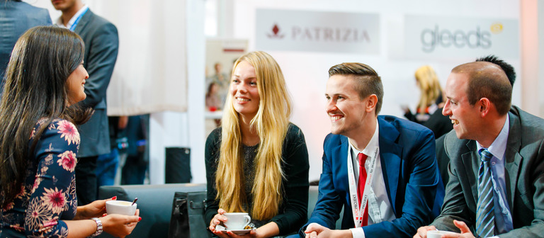 Personalberaterin Inga Beyler (links), Managing Director von Bernd Heuer Karriere, auf dem CareerDay 2017 im Plausch mit angehenden Immobilienprofis.
